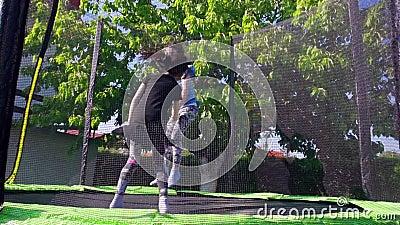 As crianças que saltam no trampolim, movimento lento - 02 vídeos de arquivo
