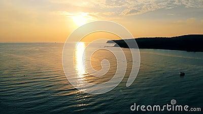 As docas de um mar latem nos feixes do sol de ajuste filme