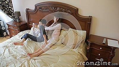 As Lutas Do Irmão E Da Irmã E Empurram-se Em Casa No Quarto Do ` Dos Pais Luta Pelo Telefone Video Estoque - Vídeo de quarto, empurram: 89743551