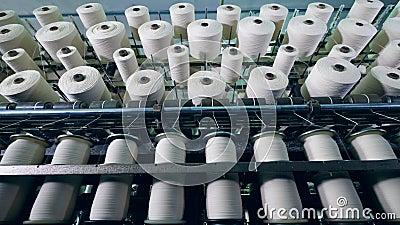 As máquinas modernas bobinam a fibra em clews na sala industrial video estoque