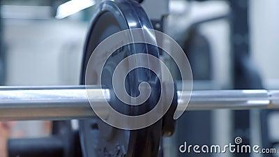 As mãos da mulher estão penduradas em disco em uma campainha na academia antes de se exercitar vídeos de arquivo