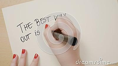 As mãos fêmeas novas que escrevem a melhor maneira para fora são sempre com as citações inspiradores do ponto de exclamação no Li video estoque