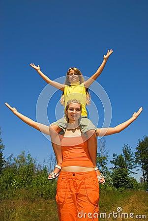 As meninas com braços abertos