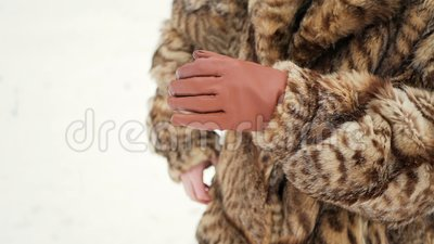 As meninas estão tentando aquecer as mãos de congelação A menina calçou as luvas filme