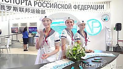 As meninas modelo levantam contra o contexto do suporte do ministério de transporte da Federação Russa filme
