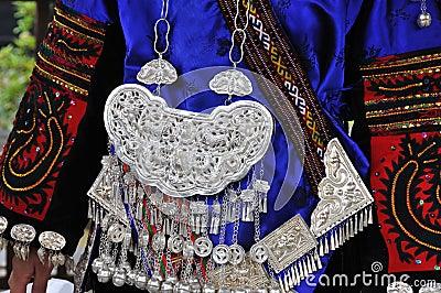 As ornamentações da roupa e da prata do miao