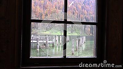 As pilhas de madeira podem ser vistas completamente a janela velha vídeos de arquivo