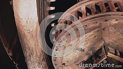 as rodas denteadas 4K de madeira enormes gerenciem junto o close-up Interiores tradicionais do mecanismo do moinho de vento Pulso vídeos de arquivo