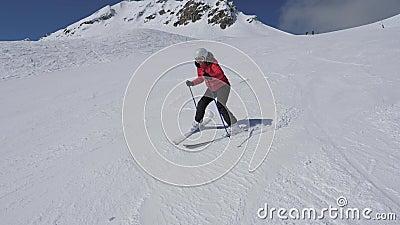 As voltas da mulher do esquiador do novato endireitam e esquerdo na queda de Ski Slope And Hardly Did não filme