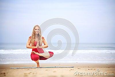 Asana de équilibrage de yoga sur tep