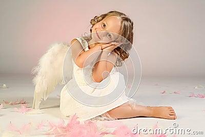 Asas desgastando do anjo da menina