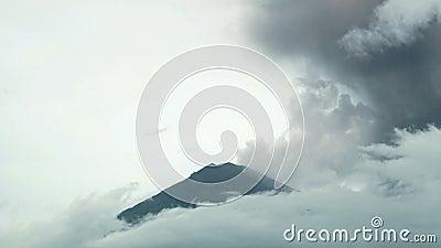 Ash Cloud Billows Into Sky volcanique d'éclater le laps de temps de volcan banque de vidéos