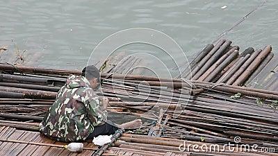 Asia Man poławiający na pływającym moście bambusowym na drewnianym moście, Kanchanaburi w Tajlandii, 22 lipca 2019 zbiory