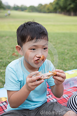 Free Asian Boy Bite Apple Stock Images - 69658174