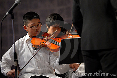 Asian boy play the violin Editorial Stock Image