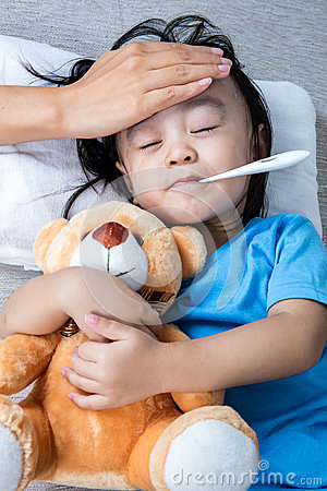 Free Asian Chinese Mother Measuring Little Girl Forehead For Fever Royalty Free Stock Photos - 89316238