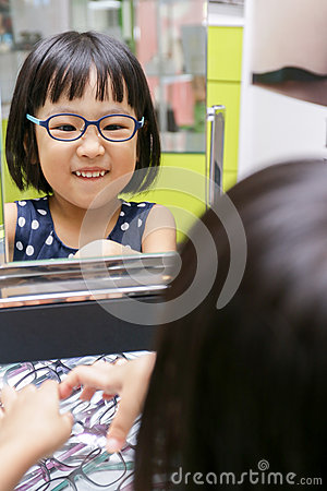Free Asian Little Chinese Girl Choosing Glasses Stock Photos - 73468193