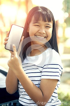Free Asian Teenager Show White Screen Of Smart Phone Screen And Toothy Smiling Face Happiness Emotion Royalty Free Stock Photos - 137588818