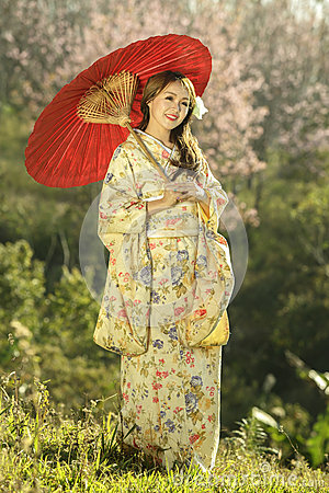 Free Asian Women Wearing Traditional Japanese Kimono And Red Umbrella Royalty Free Stock Photos - 74004338