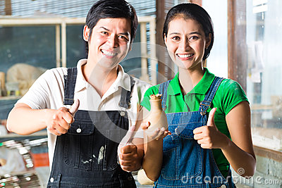 Asiat med handgjord krukmakeri