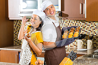 Asiatet kopplar ihop stekheta muffiner i hem- kök