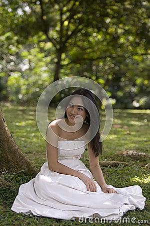 Asiatische Braut draußen 3