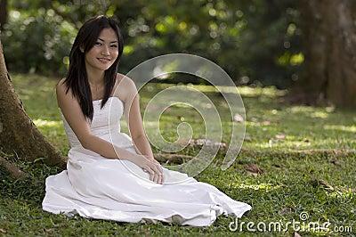Asiatische Braut draußen 1