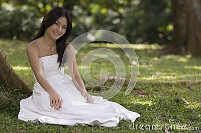 Asiatische Braut draußen 2