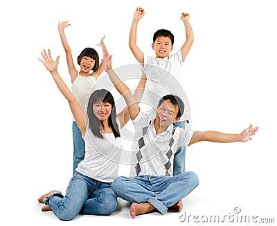 Asiatische Familie bewaffnet oben