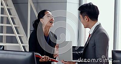 Asiatische Geschäftsleute besprechen sich über Bericht