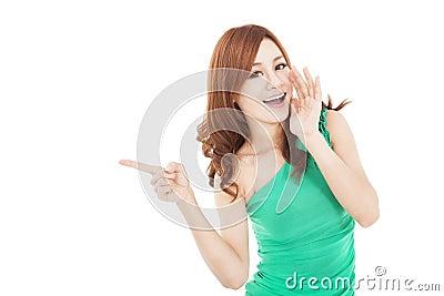 Asiatische junge schreiende und zeigende Frau
