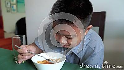 Asiatische Jungen frühstücken wie fettleibig In einem übereilten Leben stock video footage