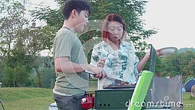 Asiatische Mama Sagt Sohn Guten Morgen