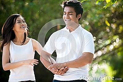 Asiatische Paare, die im Park spielen