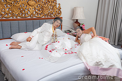 asiatische thail ndische braut und br utigam auf einem bett im hochzeitstag stockfoto bild. Black Bedroom Furniture Sets. Home Design Ideas