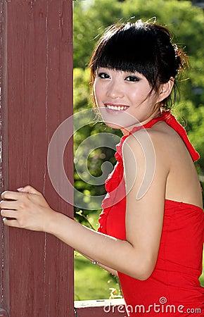 Asiatisches Mädchen draußen
