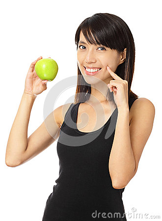 Asiatisk kvinna med det gröna äpplet och toothy leende