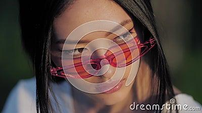 Asiatisk modellstående för mode med idérik stilfull sminkdet fria