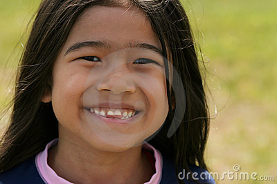 Asiatiskt le för flickaleende som är toothy