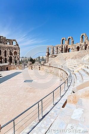 Asientos antiguos demolidos en Amphitheatre tunecino