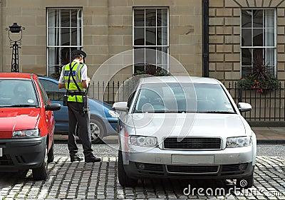 Asistente de estacionamiento, guarda del tráfico, consiguiendo el mandato de la multa del boleto
