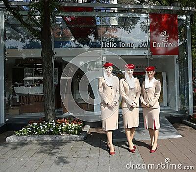 Asistentes de vuelo de las líneas aéreas de los emiratos en él cabina de las líneas aéreas de los emiratos en Billie Jean King Nat Foto de archivo editorial