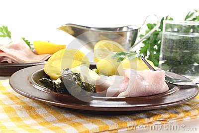 Asparagus with hollandaise sauce and cooked ham