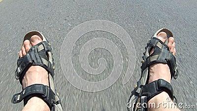 Asphalt Road Sweeps sotto paga di giovane Guy Travelling Alone in paese caldo POV stock footage