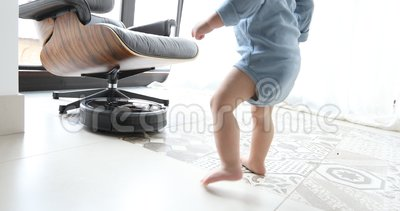 Aspirateur de petit garçon et de robot sur le plancher banque de vidéos