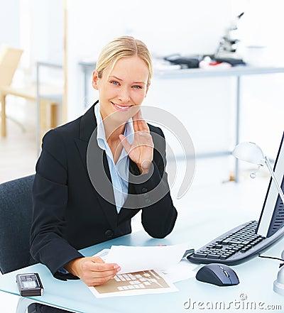Assento de sorriso novo da mulher de negócio