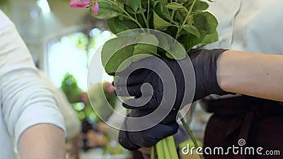 Assistente da mostra do florista como criar o ramalhete da flor filme
