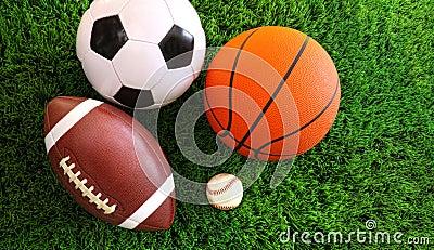 Assortiment des billes de sport sur l herbe