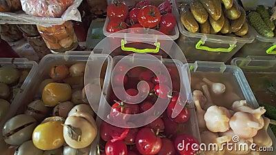 Assortiment van groenten in het zuur, paddestoelen, tomaten, uien en andere het zouten op lokale voedselmarkt van gezond voedsel stock videobeelden