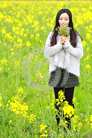 Free At Beautiful Early Spring, A Young Woman Stand In The Middle Of Yellow Rape Flowers Filed Which Is The Biggest In Shanghai Royalty Free Stock Photography - 92745457